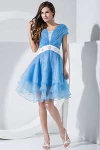 V-neck Short Sleeves Knee-length Ruched Cocktail Dress in Blue